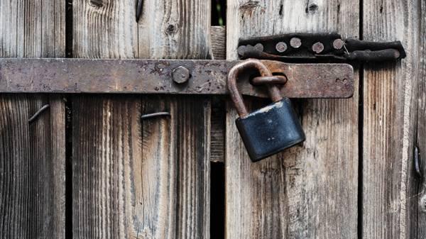 怀旧木门与锁图片_WWW.66152.COM
