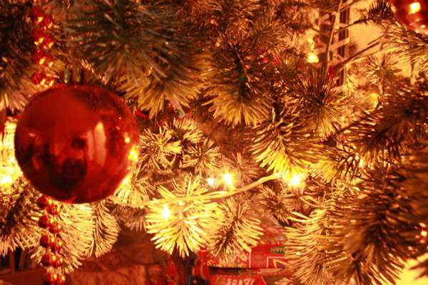 圣诞节彩球桌面壁纸_WWW.66152.COM