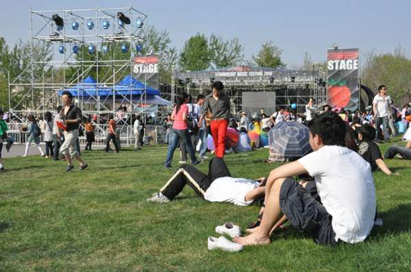 热烈的音乐节现场图片_WWW.66152.COM