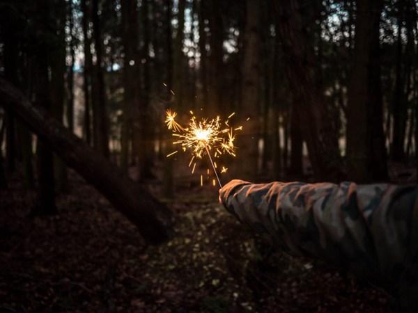 夜空中闪亮的火花图案背景图片_WWW.66152.COM