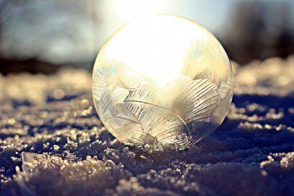 白色透明冰冻的泡泡图片_WWW.66152.COM