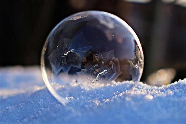 白色透明的泡泡图片_WWW.66152.COM
