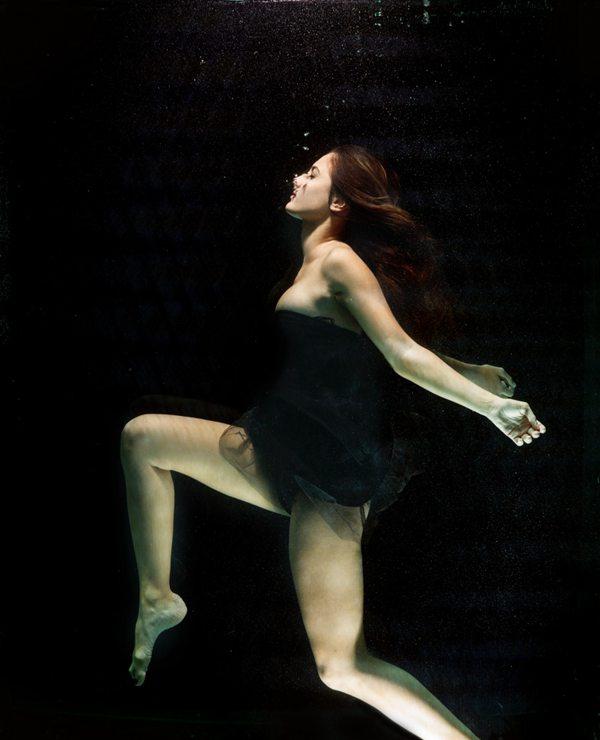 水下美女摄影图片_WWW.66152.COM