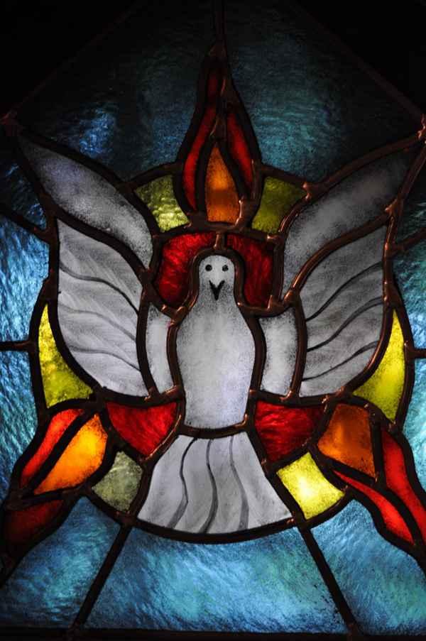 教堂玻璃彩色花窗图片_WWW.66152.COM