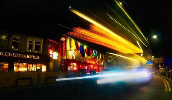 道路上的彩色拖影图片_WWW.66152.COM