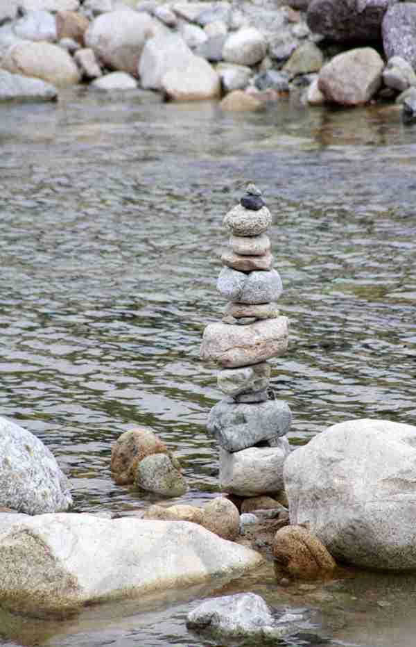 堆叠在一起的石子图片_WWW.66152.COM