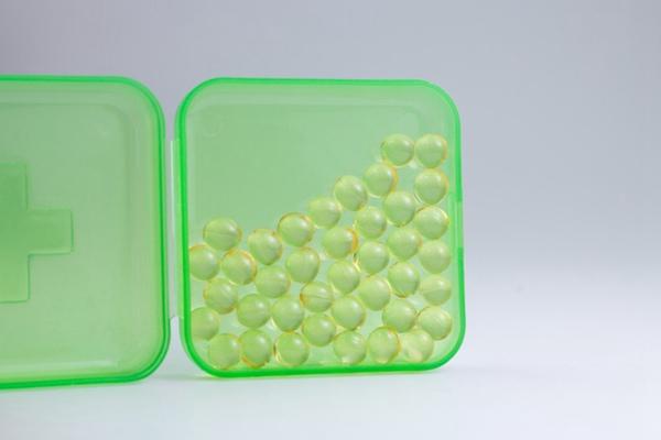 药盒里的软胶囊图片_WWW.66152.COM