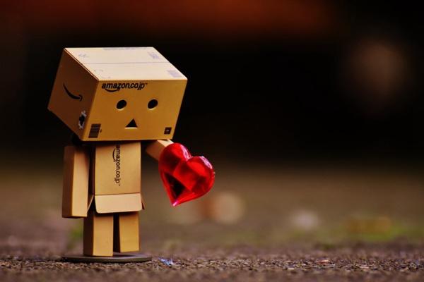 纸箱人拿着爱心图片_WWW.66152.COM