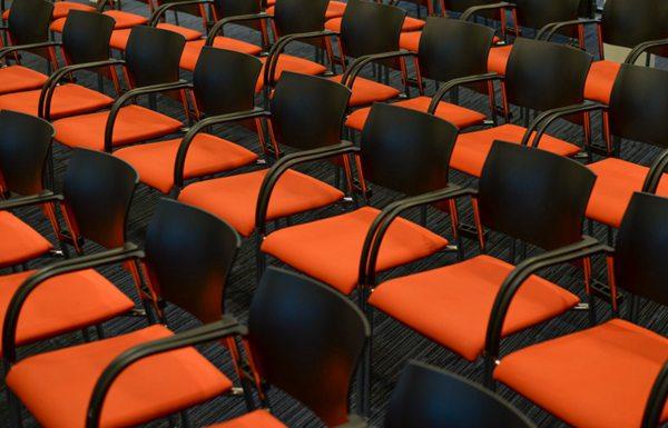 整齐放置的座位图片_WWW.66152.COM