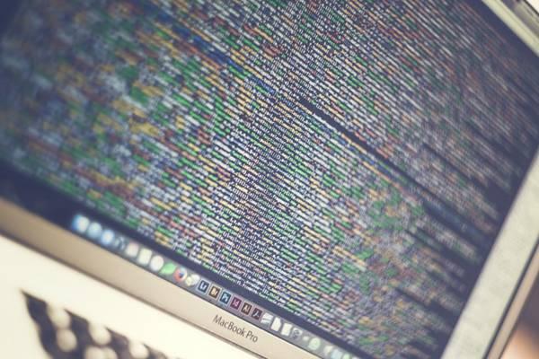 电脑屏幕上复杂的代码图片_WWW.66152.COM
