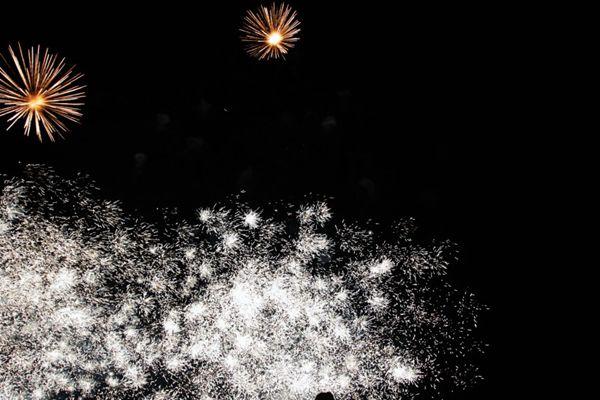 夜空里的烟花图片_WWW.66152.COM