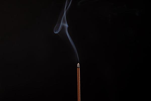 神秘的焚香图片_WWW.66152.COM
