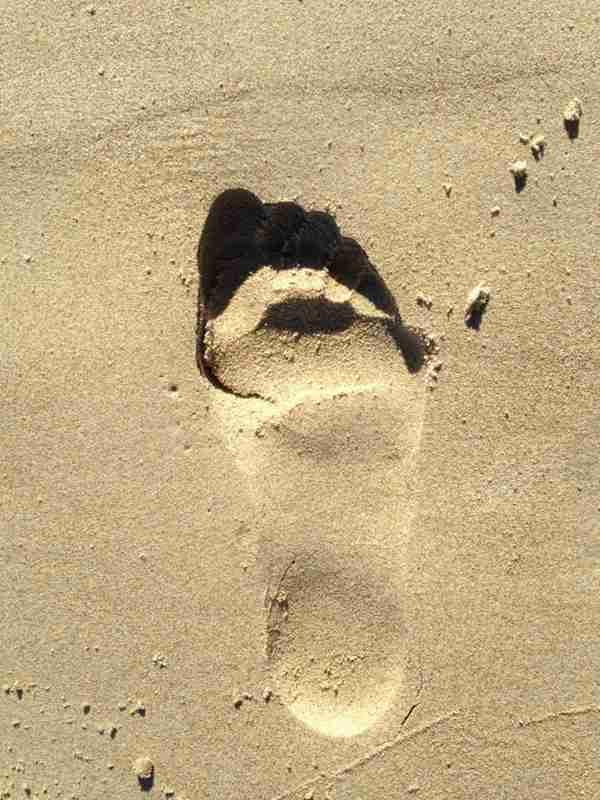 沙滩上的脚印图片_WWW.66152.COM
