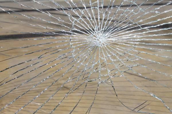 被打碎的玻璃图片_WWW.66152.COM