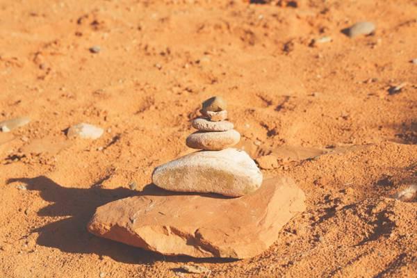 奇形怪状的小石头图片_WWW.66152.COM