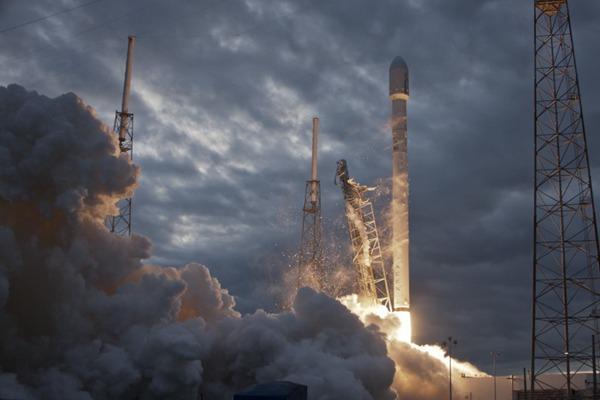 火箭发射升空图片_WWW.66152.COM