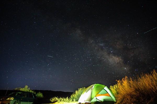 夜晚野外的帐篷图片_WWW.66152.COM