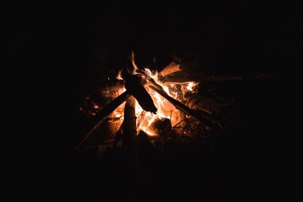 黑夜里的篝火图片_WWW.66152.COM