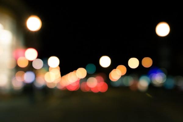 背景虚化的光点图片_WWW.66152.COM
