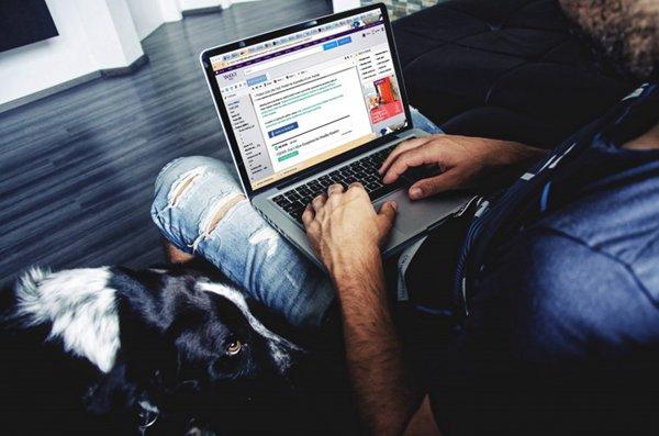 在电脑键盘上的手指图片_WWW.66152.COM