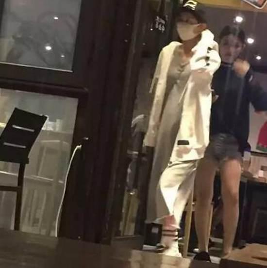赵丽颖衣着宽松疑怀孕_WWW.66152.COM