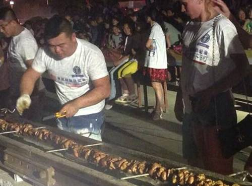 世界上最长的肉串112米_WWW.66152.COM