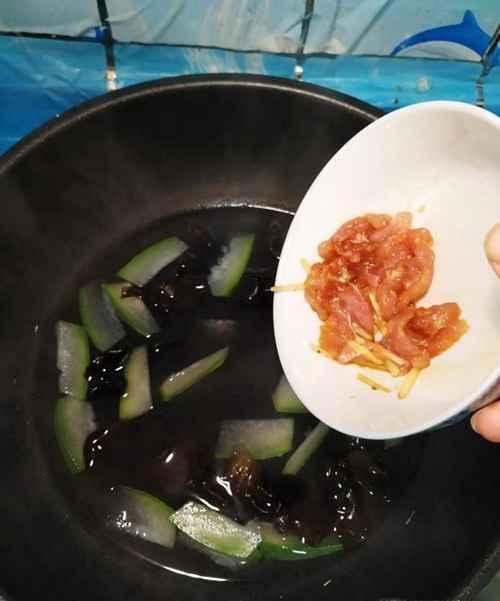 怎样做美味的冬瓜木耳肉片汤?_WWW.66152.COM