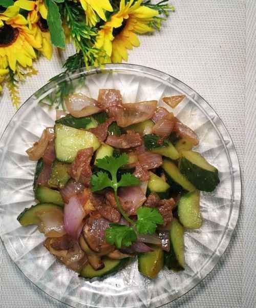 怎样做美味的黄瓜洋葱炒牛肉?_WWW.66152.COM