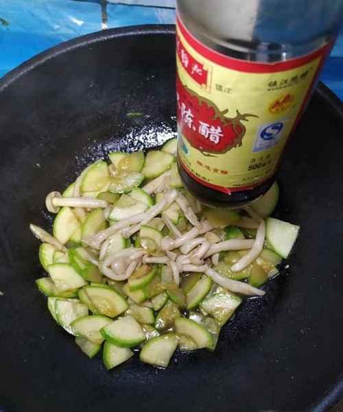 怎样做美味的白玉菇炒西葫芦?_WWW.66152.COM