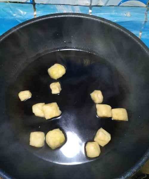 怎样做美味的松花蛋油豆腐汤面?_WWW.66152.COM