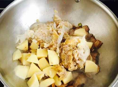 怎样做土豆烩酸菜好吃?_WWW.66152.COM