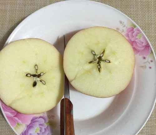 如何用苹果雕刻盘饰?_WWW.66152.COM