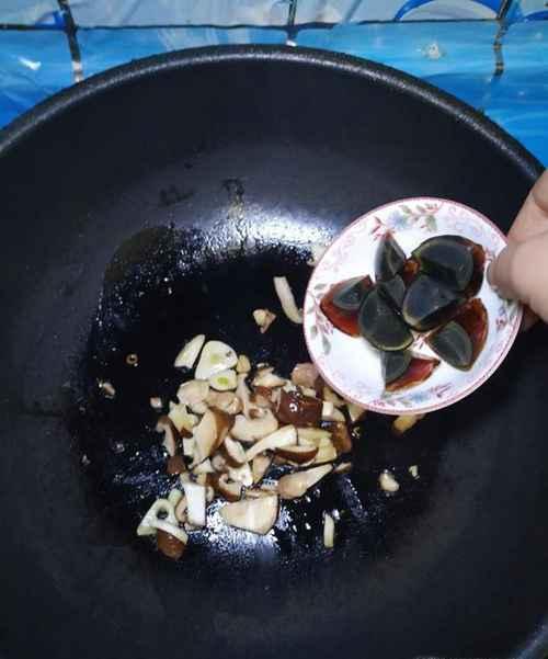怎样做美味的扁豆松花蛋汤面?_WWW.66152.COM