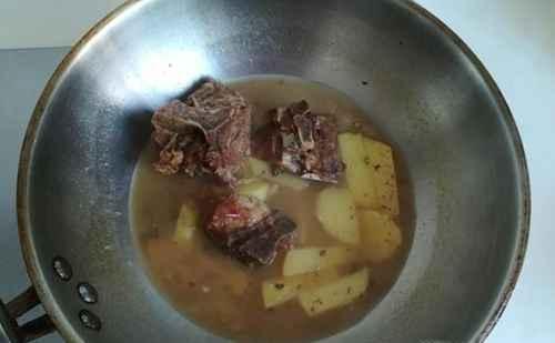 猪脊骨炖土豆长角豆的简单做法_WWW.66152.COM