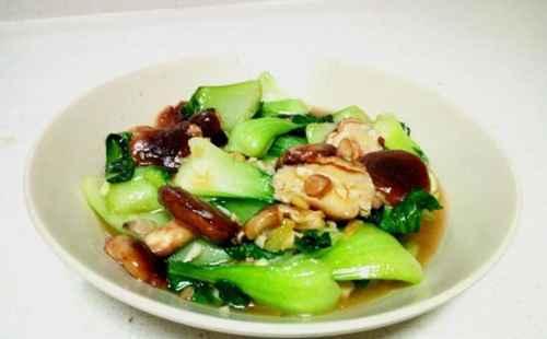 油菜炒香菇的家常做法_WWW.66152.COM