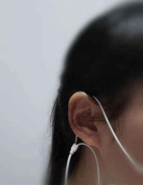 冯提莫耳机戴法_WWW.66152.COM